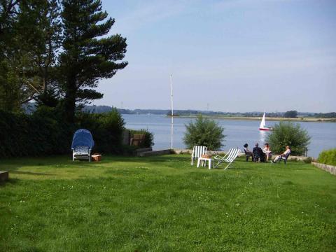Gartenblick der Ferienwohnungen Alexander Splett mit Atelier-Schleiblick