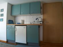 Küchenbereich der Ferienwohnung 2 mit Atelier-Schleiblick.