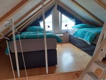 Schlafbereich der Ferienwohnung 4 im Obergeschoss des Anbaus mit Meerblick
