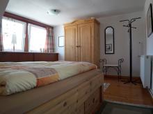 Schlafzimmer der Ferienwohnung 2 mit Atelier-Schleiblick.
